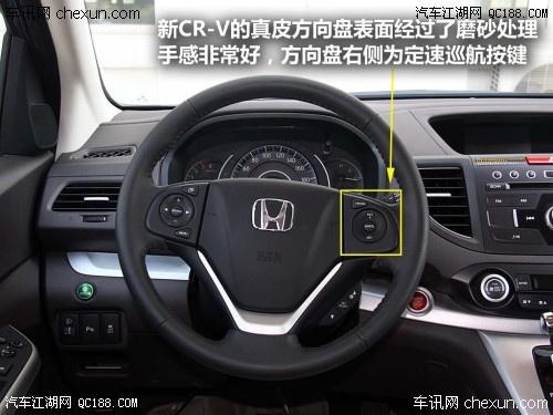 中控台布局清新,简洁,面板采用深色和银色装饰条,各按钮,旋钮在使用中