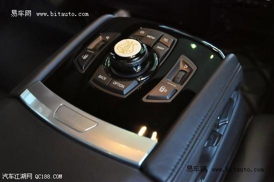 宝马7系采用双叉臂前悬 双后气悬架系统,可以自动调节