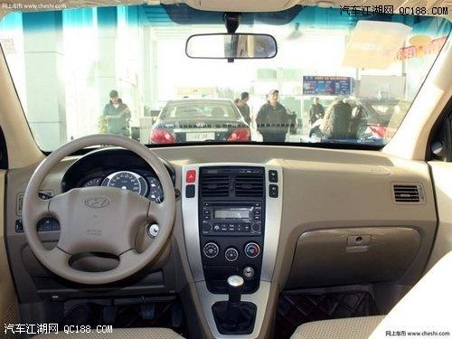 途胜内饰简洁明快,做工较为细致.全系车配备驾驶座安全气囊、ABS高清图片