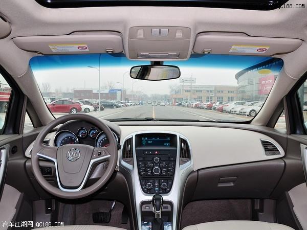 """2013款英朗GT内饰依然秉承""""驾者中心""""的设计理念,360度环抱一体图片"""