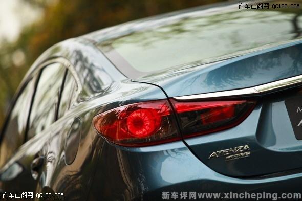 车窗外框采用镀铬工艺,与车头v型的格栅下外框相互呼应.