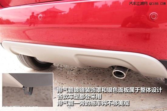 整体搭配协调.尾翼、行李厢门上的褶皱以及车标附近和保险杠下沿高清图片