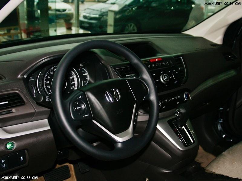 本田CRV报价这款定义为跨界车型的城市SUV车型在外观上将更加的融入家族化特征,新款CR-V不再强调紧凑的时尚感,而是将浑厚的车身线条渲染的十分张扬。值得一提的是,新CR-V虽然有着相当出色的销量,但本田并没有固守以往的造型风格,全新的时代感气息体现出本田汽车的与时俱进。24小时销售热线:173 1006 8185 沈经理