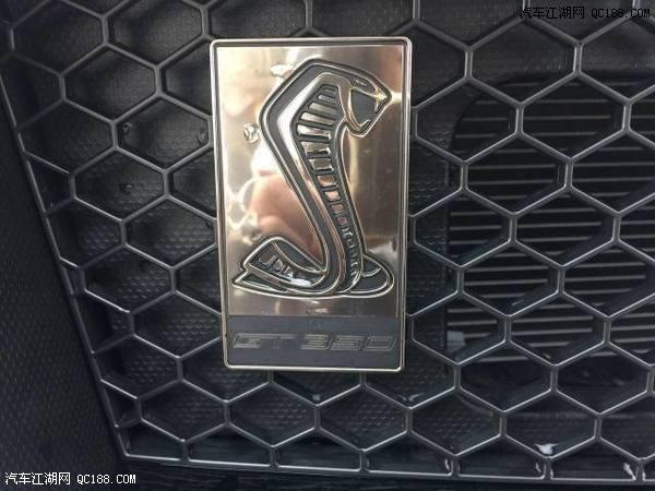 福特野马怎么也有眼镜蛇的标志高清图片