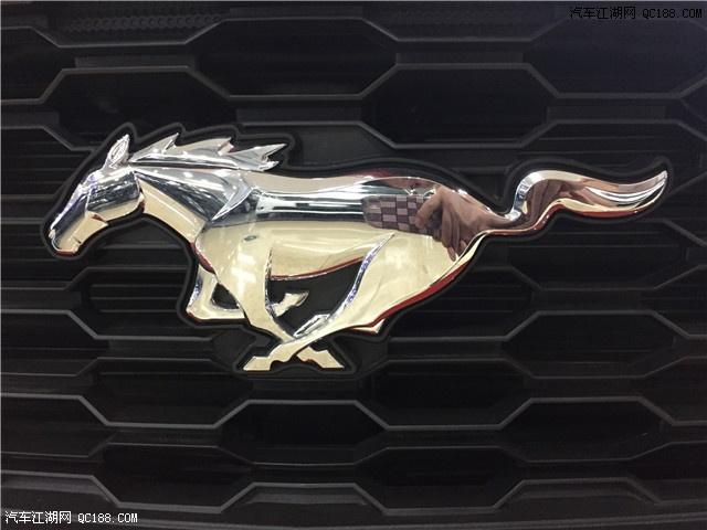 外观方面:2017款福特野马采用了六边形的大嘴式设计,野马的logo出现在