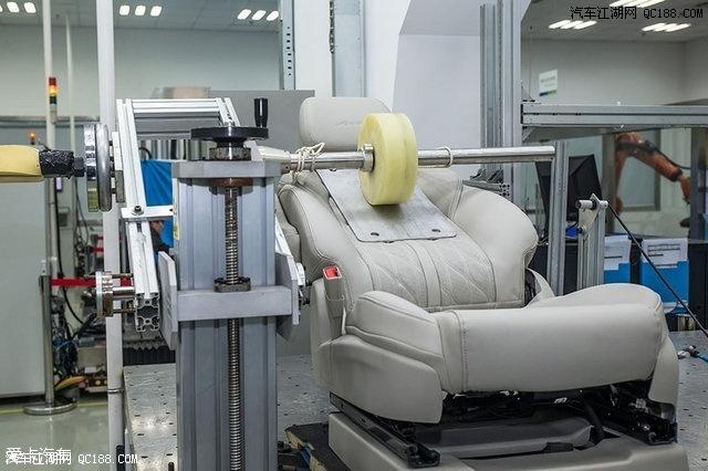 对座椅靠背施加负重,然后反复测试靠背调节功能,以此来检验电机的使用