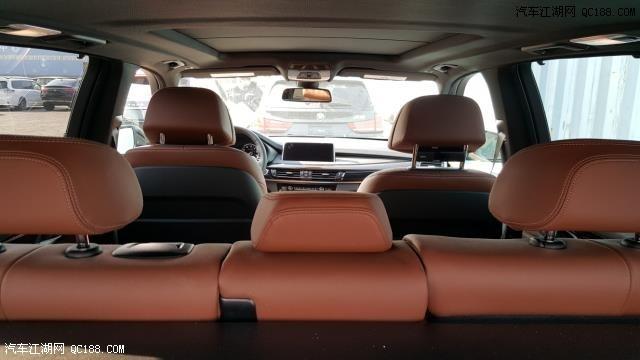 17款宝马X5加版3.0T在SUV市场中高雅的气质,是最吸引人的地方之一。17款宝马X5加版3.0T外观设计强劲而锐利,棱角分明的线条,做到了真正的脱胎换骨,让格栅与X形的线条相互衬托。圆形天使眼头灯采用了平底设计,前保险杠加入了银色护板装饰。店内车辆关单、商检齐全 ,当日提车,全国购车皆可办理分期付款。更多优惠促销请致电天津路通鑫盛汽车销售有限公司,请拨打购车咨询热线:15122686843丽丽(可微信)温馨提示:请勿相信过低价格 价格靠谱更重要。   配置:后排座椅加热,抬头显示,四驱空调,后排遮阳