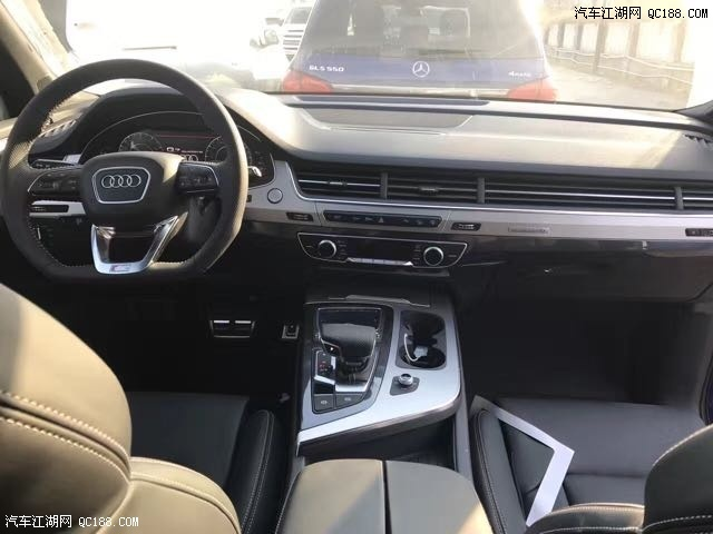 17款奥迪Q7 2.0T基本配置:真皮内饰,19轮,无窗,一键启动,MMI手写导航,运动方向盘,电尾门,胎压监测,氙气大灯,LED行车灯,前排电动座椅,带记忆,腰部4项调节支撑,前排加热座椅,防追尾刹车系统,前后停车雷达,倒车影像,气氛灯。 17款奥迪Q7 3.0T基本配置:全景滑动天窗,真皮座椅,前排座椅12项电动调节,电尾门,18寸轮廓,一键启动,氙气大灯,LED日间行车灯,行李架,4幅多功能方向盘,换挡拨片,双区空调,奥迪音响系统,巡航定速,下坡辅助,,前后雷达,蓝牙。 17款奥迪Q7 3.