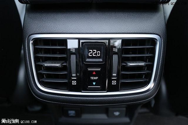 冠道240 turbo配备有三温区自动空调.
