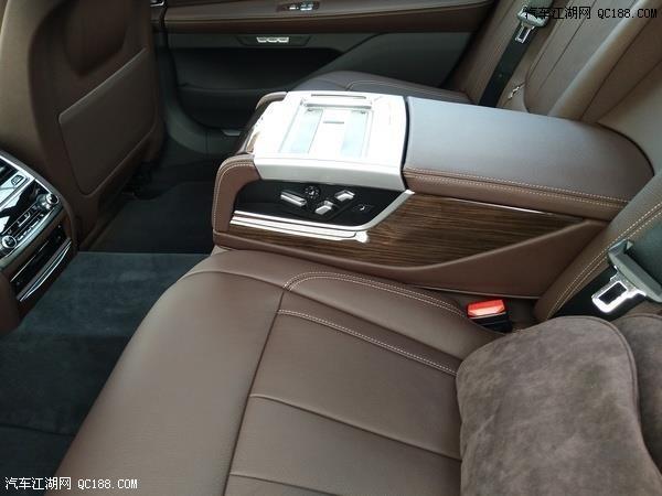 宝马740中控台,很显眼的一个显示屏屏幕下方的银色按钮是一键启动.