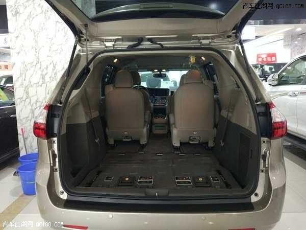 内容摘要 1、2017款丰田塞纳3.5L配置增加了DVD、倒车影像、导航、氙气大灯和不锈钢镀铬装饰。 2、2016款丰田塞纳(Sienna)是一款颇具传统风格的多功能商务用车。 3、2016款丰田塞纳(Sienna)车内的空间增加了超过44立方英尺空间。 2017款丰田塞纳3.5L配置增加了DVD、倒车影像、导航、氙气大灯和不锈钢镀铬装饰。新款赛纳同大霸王一样既可商用用又适合家庭,内部拥有MPV的一切特点:储物空间多,各座位乘坐舒服,车厢内可做多种变化。座椅可在轨道上前后推滑,中间和后排的座椅可实现多种组