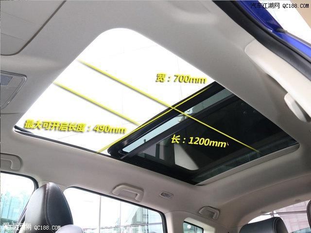 大尺寸的全景天窗成为了智尚版的另一个卖点,不仅采光面积大,并且开启