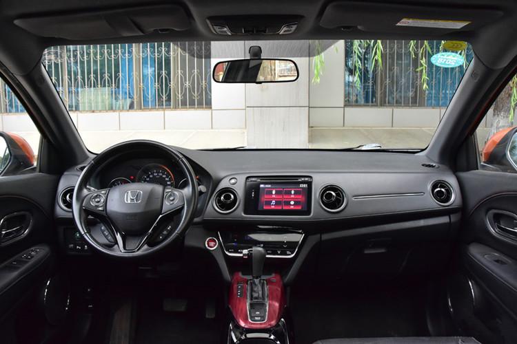 2017款本田XR-V最新報價本田XR-V優惠價格本田XR-V最低裸車價本田XR-V圖片及參數配置。 貴賓購車服務熱線:17600631047 楊經理  外觀方面:本田XRV前臉和后部的造型更加硬朗,其中車頭進氣格柵采用鋼琴烤漆裝飾板,獨特的流線弧翼式前臉設計,通過粗壯的橫向設計元素,突出了SUV車體的沉穩,XR-V的尾部采用了本田獨有的Rearcombi-Lamp帶狀設計的高位剎車燈,與尾燈成一條線,拉寬車身設計強調寬度,不僅頗具新意而且極具層次感。