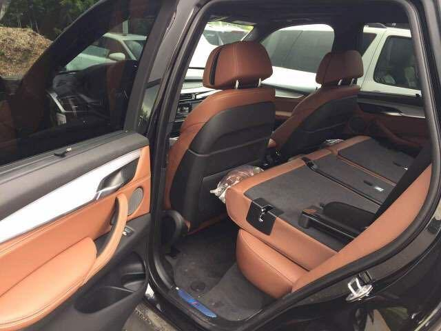 1、17款宝马X5加版3.0T外形动感又不失优雅,时尚硬朗的外形与时俱进。 2、17款宝马X5 M运动版 金属漆 更强分辨率10.3寸触摸中控屏、LED日间行车、自适应氙气大灯、电动调节真皮方向盘带加热、前后座椅加热、带加热功能前挡风玻璃感应自动雨刷、全景天窗、防紫外线隐私玻璃、自动防眩目后视镜、贯通式环车氛围灯、电尾门、方向盘后视镜及座椅记忆、定速巡航、发动机自动启停、液晶仪表盘、xDrive全时四驱系统。 3、17款宝马X5加版3.