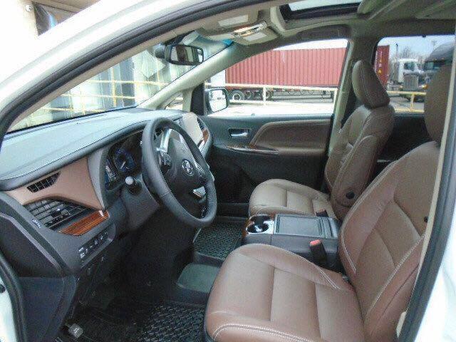 丰田塞纳顶级商务车前排空调理制键配有3分区节制现车