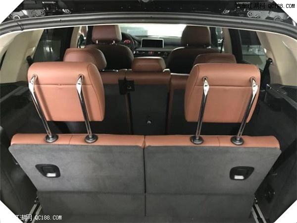 2018款宝马X5M版优质材料、高档饰件和全面的标准装备使宝马X5极具奢华风格。宝马X5令人痴迷心醉的算是超大的轮圈,有20英寸,真的难以想象SUV却都是跑车化的轮胎,轮圈的设计从视觉效果上几乎都美得要死,驾驶时会感到宝马X5的车身晃动有限,脚下非常扎实.      2018款原装进口宝马X5 加版七座 内饰的科技感十足,宝马的品牌形象本身在豪华品牌中就属于偏运动一些的,科技感虽然不能算得上数一数二,但也绝对够驾驶操控使用的。宝马X5相比年轻了不少的外观,内饰依然还是走的稳重路线,细节的升华都预示